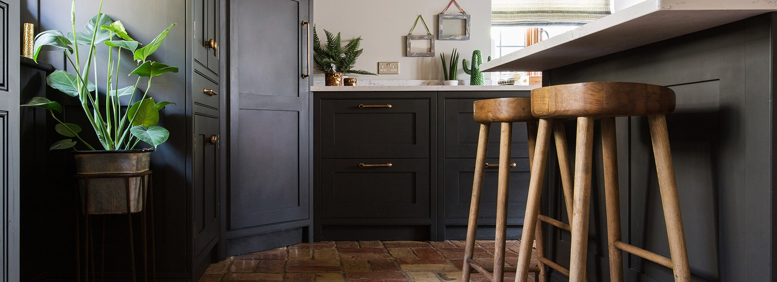 Bespoke Shaker Kitchen - Burlanes bespoke Wellsdown kitchen cabinets with bronze hardware.